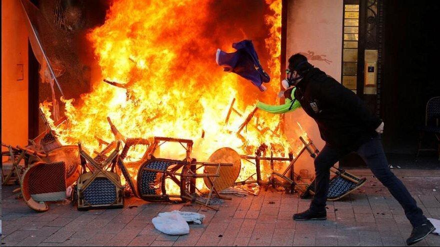 شانزه لیزه در آتش؛ جلیقه زردها کنترل مرکز پاریس را به دست گرفتند